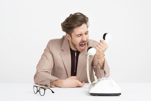 Człowiek krzyczący do telefonu