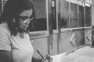 Kobieta pisząca rozprawkę