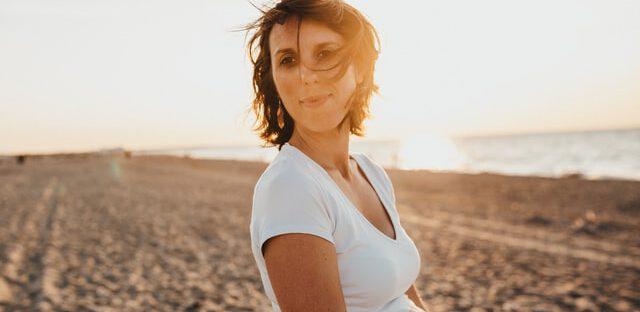 Kobieta w ciąży nad morzem