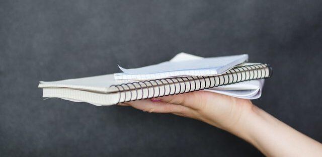 Ręka trzymająca notatnik